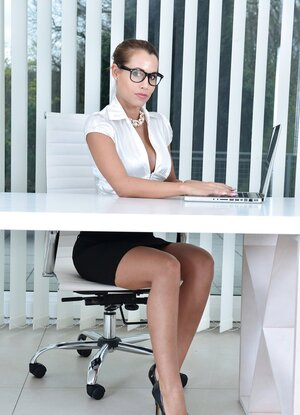 Sexy office babe tickles her vulva with hitachi until she splatters