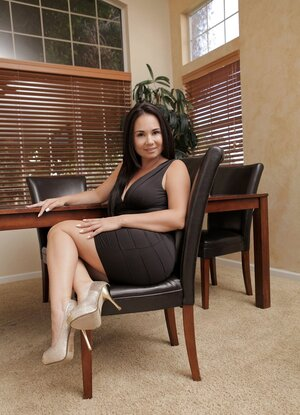 Beautiful milf Holly West cannot resist the urge to jerk